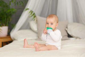 Knisterhand als Zahnungshilfe für Babys